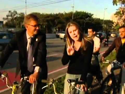 Prefeito de Copenhague aceita desafio e anda de bicicleta por SP