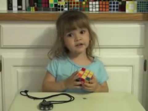 فيديو: طفلة بعمر 3 سنوات تحلّ مكعب روبيك ببراعة !