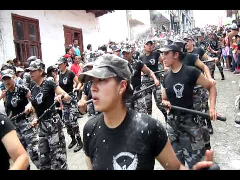 para lo que sirve la policia en ecuador   baile del tolete   chapas bailando haciendo el ridiculo