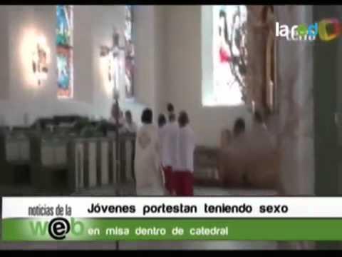 Jóvenes protestan teniendo sexo en misa
