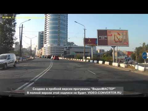 شاهد بالفيديو : حادث غريب يتسبب بانقلاب سيارة رأسا على عقب