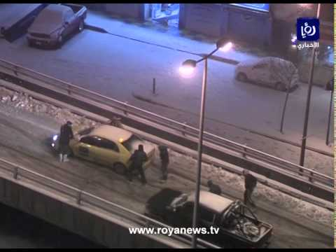 شاهد بالفيديو.. انزلاق السيارات اثر ثلوج العاصفة هدى في شارع مكة - الاردن