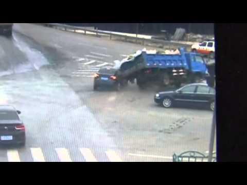 فيديو : في مشهد لا يصدق .. رجل صيني ينجو من الموت بإعجوبة