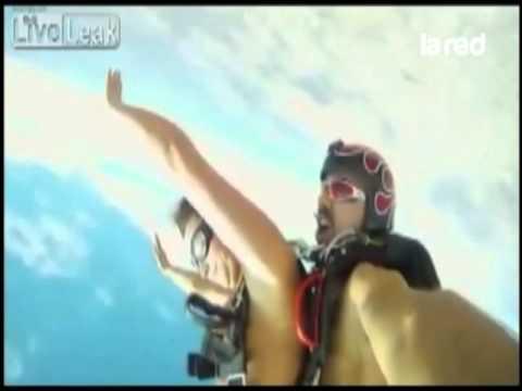 Lo despidieron por tener sexo cayendo de paracaídas