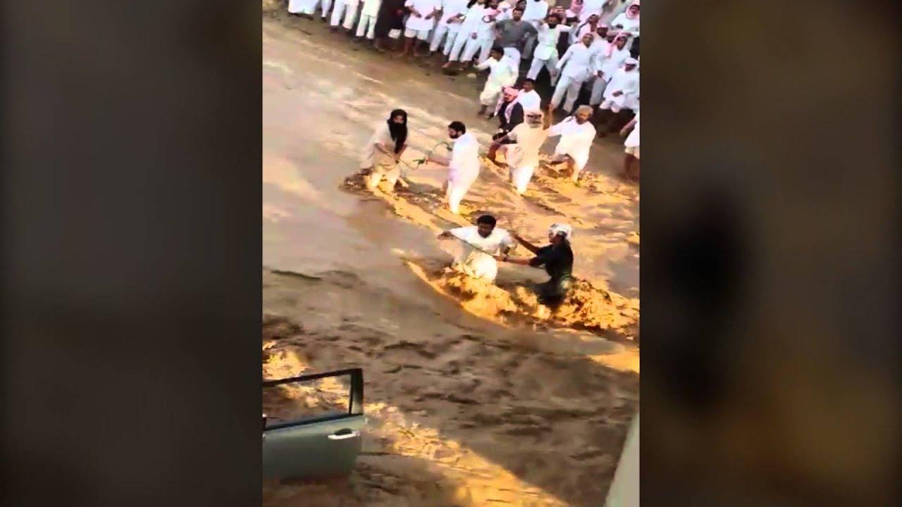 بالفيديو : لحظة انقاذ سائق محتجز داخل سيارته التى جرفها السيل بالسعودية