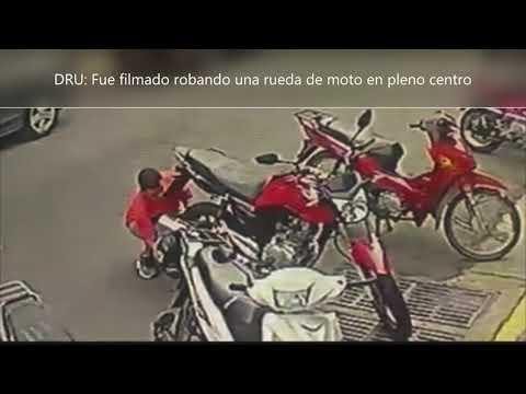 Lo filmaron cuando robaba la rueda de una moto