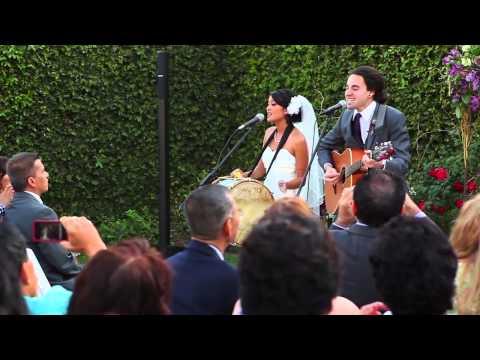 بالفيديو.. حوّلا سنوات زواجهما إلى أغنية قد توصلهما للعالمية