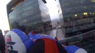 リオデジャネイロの都市に突っ込むウィング・スーツ。ビル間を通り抜ける神技