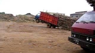 せっかく積んだ木材を1メートル先で降ろすトラック