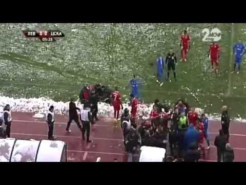 شاهد بالفيديو : جماهير تهاجم مدرب بكرة ثلج وتفقده وعيه في بلغاريا