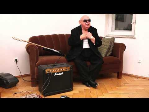 Jerzy Urban śpiewa