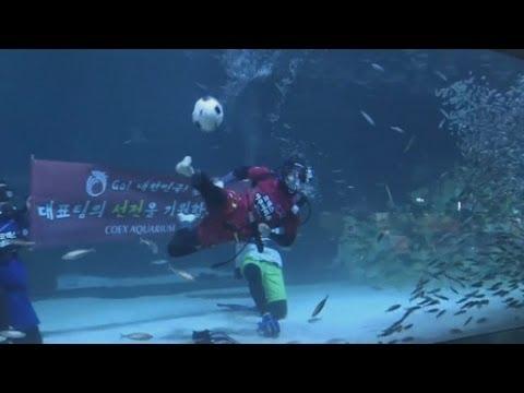 بالفيديو..لعبة كرة قدم تحت الماء