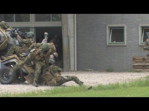 شاهد بالفيديو سقوط جنود هولنديين أمام كاميرات وضحكات الإعلاميين