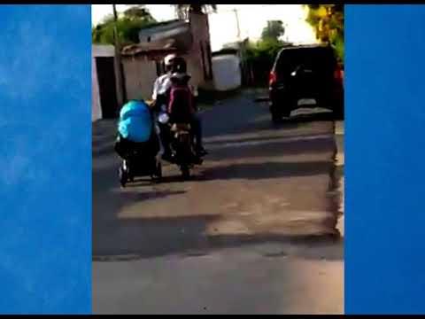 Video: Pareja en moto lleva un cochecito y todos se preguntan si estaba el bebé