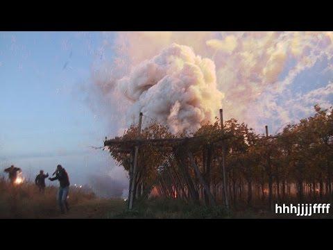 شاهد بالبركان من الألعاب النارية ينفجر في إيطاليا