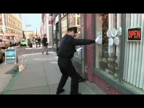 شاهد بالفيديو : اغرب شرطي مرور بالعالم .. رهيب