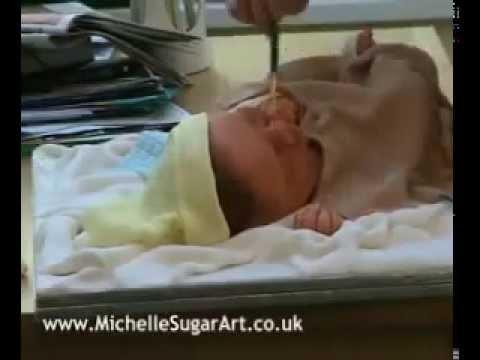 Esculpindo um bolo de chocolate em forma de bebê