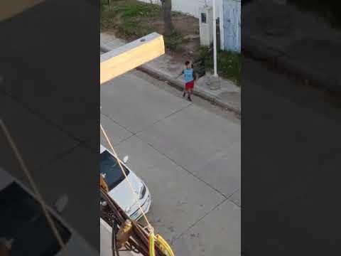 Policías persiguieron a un ladrón y fueron acatados a piedrazos al entrar al barrio