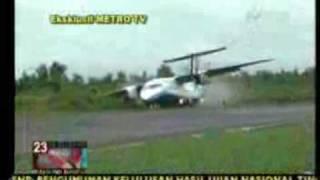 Pesawat Express Air Kecelakaan akibat menghindari Anjing di Runaway - YouTube