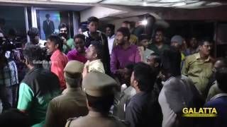 Fans Gets Violent On Kabali FDFS at Kasi Theatre Kollywood News 22-07-2016 online Fans Gets Violent On Kabali FDFS at Kasi Theatre Red Pix TV Kollywood News