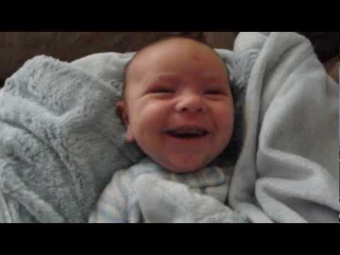 Pogledajte kakve face pravi beba kada se budi :)