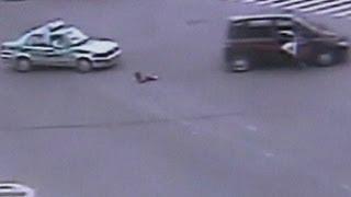 طفل يسقط من سيارة