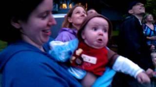 花火を初めて見た赤ちゃんの反応が可愛すぎる