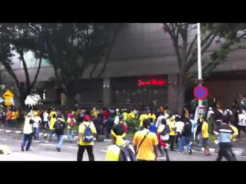 马来西亚警察开车撞手无寸铁的申诉人民!