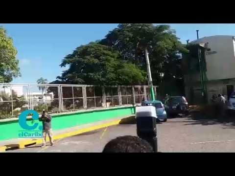 El cuerpo de John Percival continúa siendo custodiado por un contigente policial en el hospital Marcelino Velez Santana, en Herrera.   Hasta el momento no se ha visto ningún pariente del occiso.