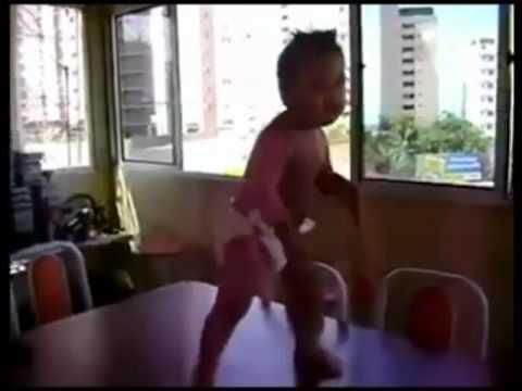 Talentirana beba pleše na Shakirinu pjesmu waka waka