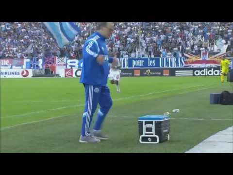 فيديو : شاهد مدرب فريق مارسيليا الفرنسي يتعرض لموقف محرج اثناء المباراة