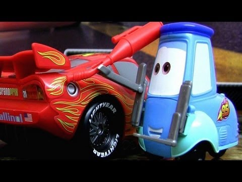 Cars 2 Gas Up and Go Guido & Lightning McQueen Toy review Mattel Pixar