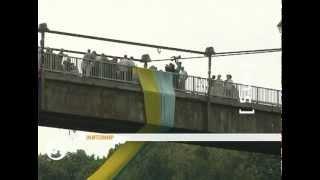 Над рекой Тетерев растянули 25-метровый флаг Украины