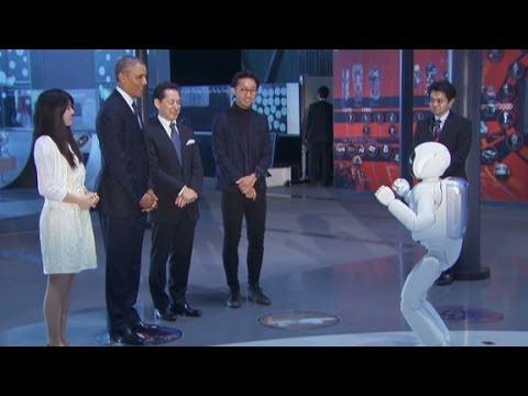 بالفيديو.. أوباما يلعب كرة القدم مع روبوت ياباني في طوكيو