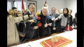 El Obispo de Segovia recibe las coronas de la Virgen de la Fuencisla