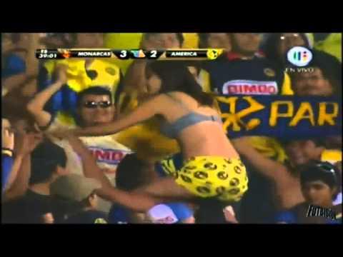 (HD) SEXY MUESTRA SENOS (SIN CENSURA) EN EL PARTIDO MONARCAS VS AMERICA 8 mayo 2011