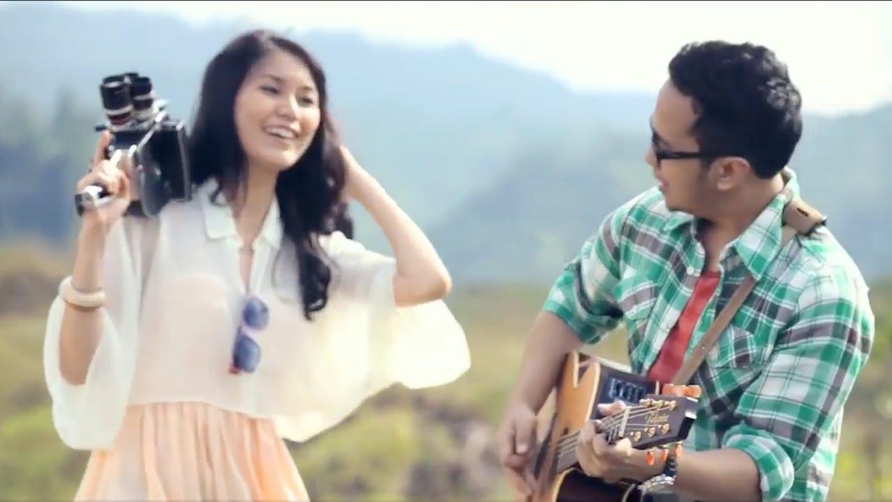 Adera - Lebih Indah.. Teduh Banget Bro Adera adalah anak dari penyanyi Indonesia Ebiet G. Ade