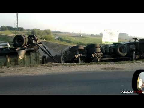 """[WYPADEK] Ciężarówka """"wbiła"""" się w wał przeciwpowodziowy na wlocie do Mielca od strony Tarnowa"""