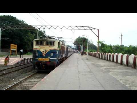 1009 Mumbai CST-Pune Sinhagad Express with Kalyan WCG2 # 20129 @ Neral