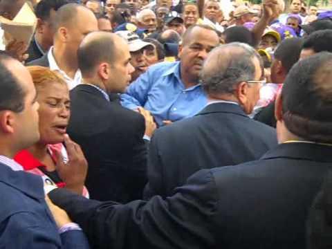 El Presidente Danilo Medina se expone al peligro en Los Mina