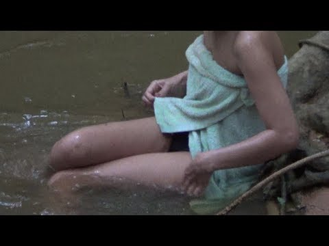 bedra-trah-s-russkimi-devchonkami-na-rechke-video-pisayut-zhenshini-kameri