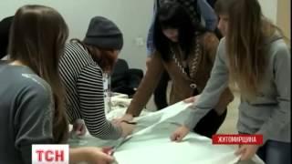 Житомирские волонтеры собственноручно плетут маскировочные сетки для военной техники