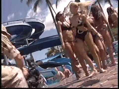 Danna Paola en Bikini con Angelique Boyer
