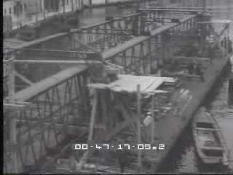1933. Il ponte in ferro dell'Accademia è temporaneamente sostituito