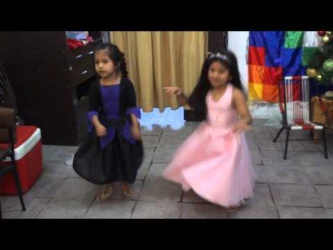 Iara y Emily - Las Princesas de la casa bailando saya