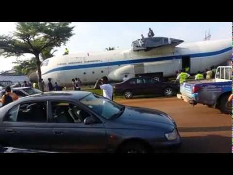 فيديو: طائرة ضخمة تتجول في شوارع مدينة إفريقية