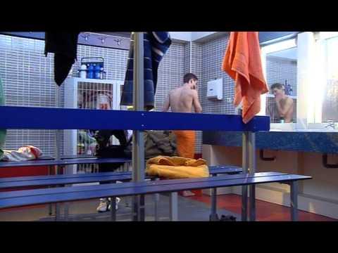 FOQ - Salva espía a Yoli desnuda en el vestuario de chicas