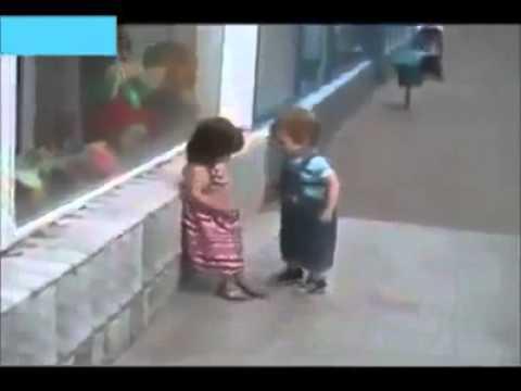 طفل يحاول التحرش بطفلة شاهد رد فعلها