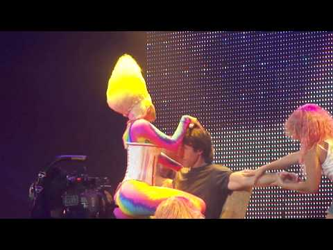Steve Nash gets lap-dance from Nicki Minaj (original)