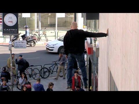 بالفيديو : مشهد غريب رجل طائر في تل ابيب